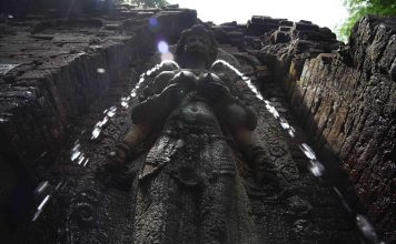 Candi Sumber Tetek atau Candi Belahan terletak di lereng timur Gunung Penanggungan, di ketinggian 300 mdpl, berjarak sekitar 7-8 km dari Jalan Raya Surabaya-Malang.